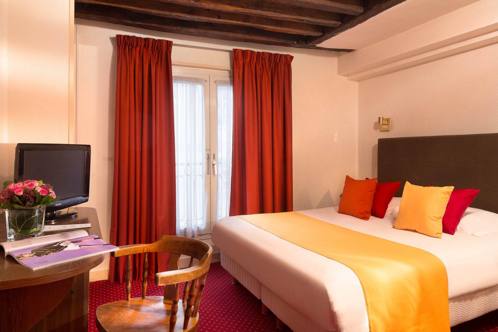photos hotel saint roch hotel proche de l 39 eglise saint roch. Black Bedroom Furniture Sets. Home Design Ideas